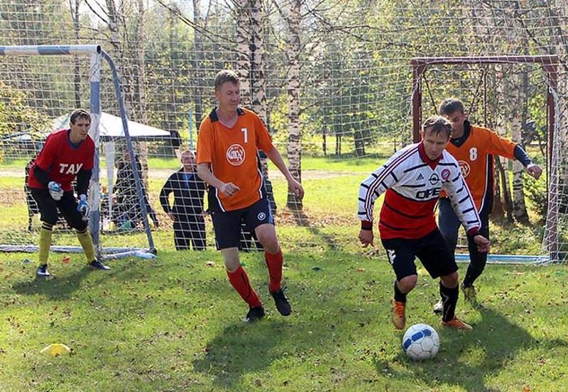 Работники «Южного Кузбасса» играют в мини-футбол