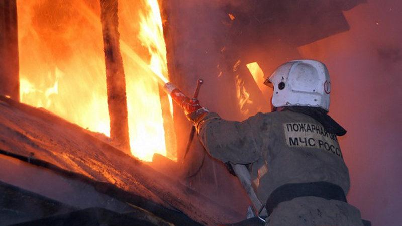 В Мысках на улице Сенная горели надворные постройки