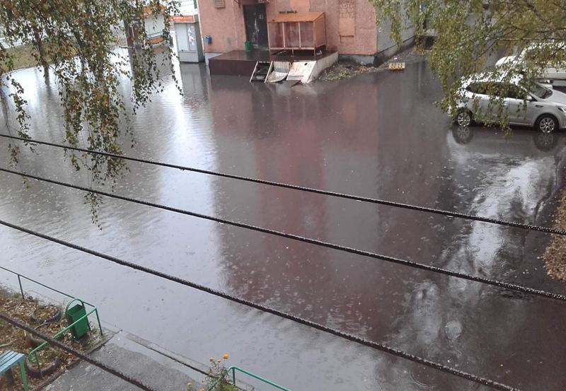 «Три подъезда не могут выйти из дома». На 17 квартале вновь потоп