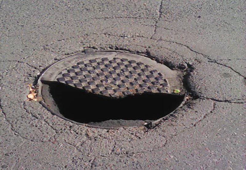 По улице Первомайская сломался канализационный люк