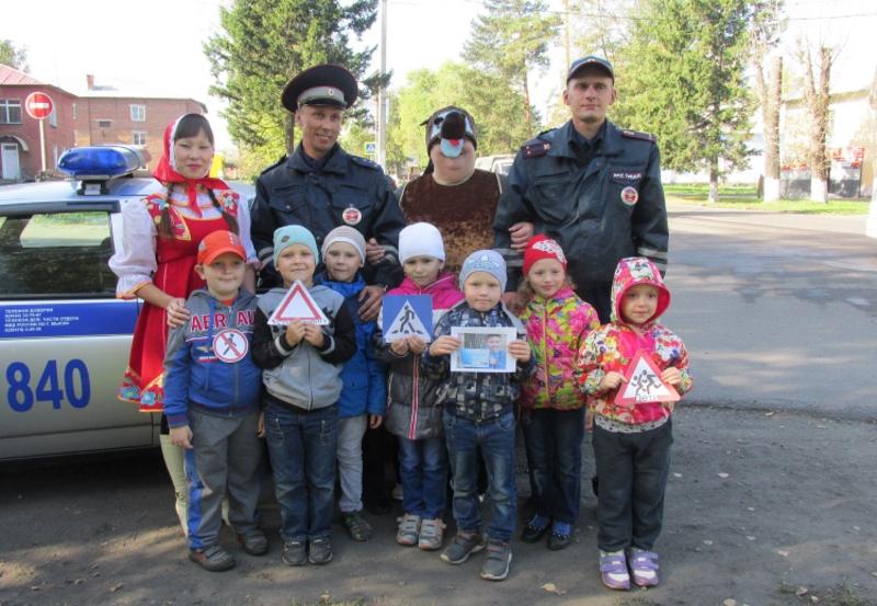 В Мысках воспитанниками детского сада №14 «Голубок» и сотрудниками ГИБДД проведена акция «Пешеходный переход»