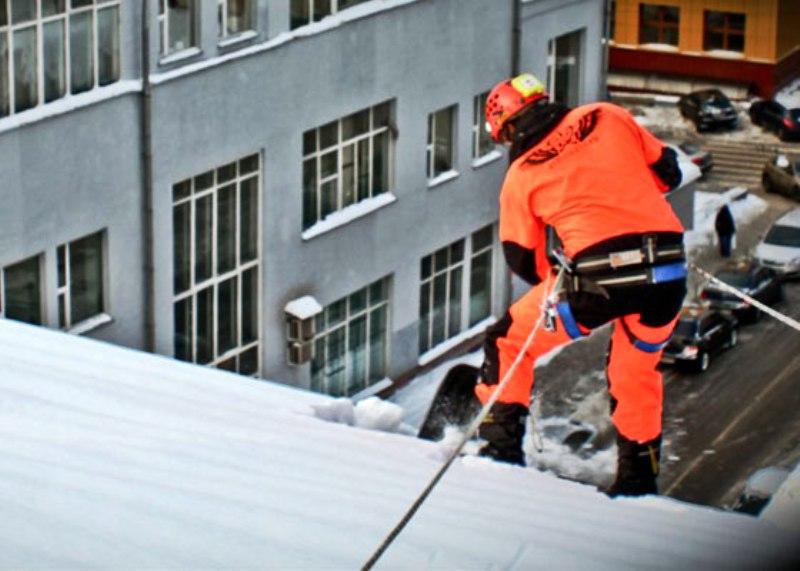 В Кемерове рабочий при уборке снега упал с крыши 9 этажного жилого дома