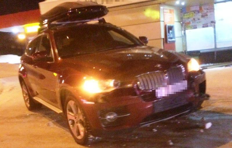 В Кемерове автомобиль BMW X6 протаранил остановку общественного транспорта
