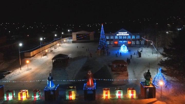 На снежном городке в Мысках появились карета Золушки и шатер Шамаханской царицы