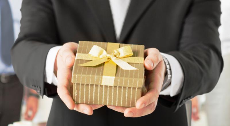 Чиновникам напоминают о необходимости соблюдения запрета дарить и получать подарки