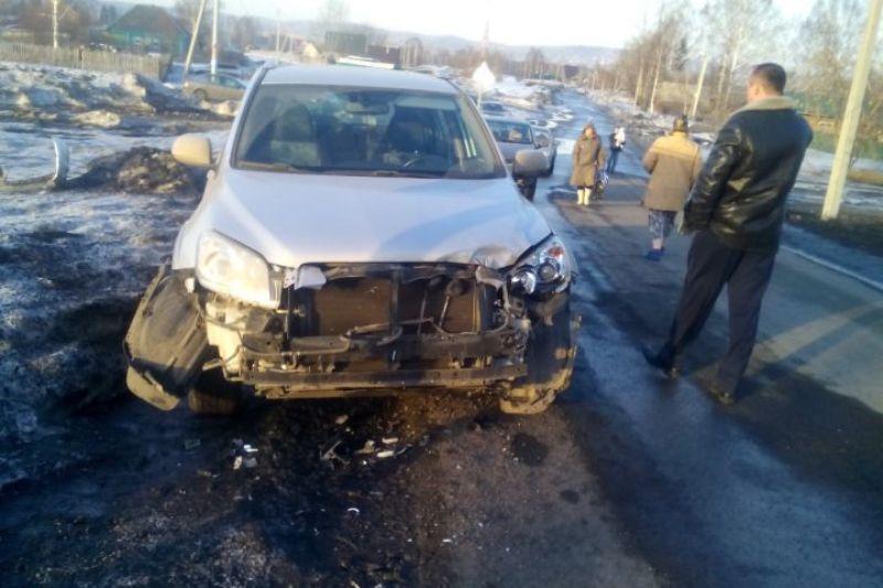 В Мысках водитель нарушил правила и его автомобиль столкнулся с поездом