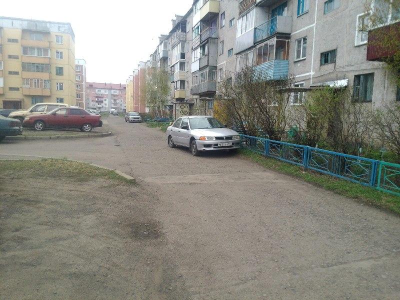 Во дворах Мысков очень мало места