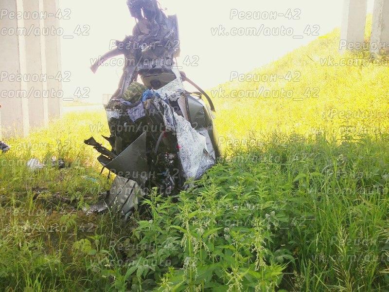 Водитель LADA погиб, врезавшись в опору виадука на трассе в Кузбассе