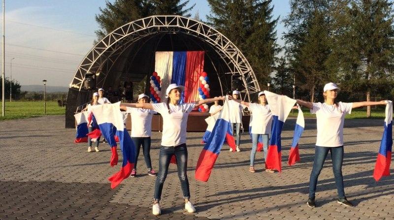 День Флага Российской Федерации в Мысках отпразднуют соревнованиями, игровыми программами и  концертами