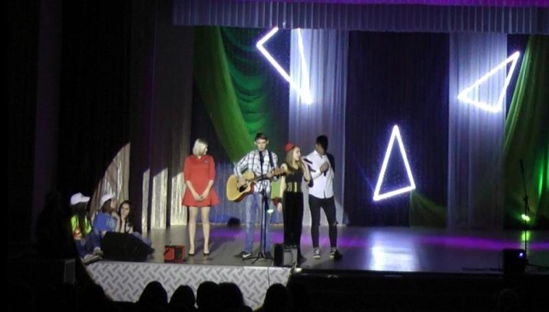 Более 400 студентов в Мысках посетили фестиваль-концерт, посвященный старту XIX Всемирного фестиваля молодежи и студентов