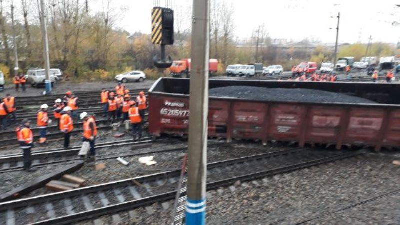Грузовой поезд из Мысков сошел с рельс в Красноярске