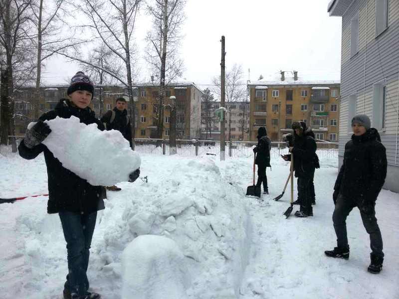 Мысковские студенты строят снежный городок воспитанникам социального приюта для детей и подростков