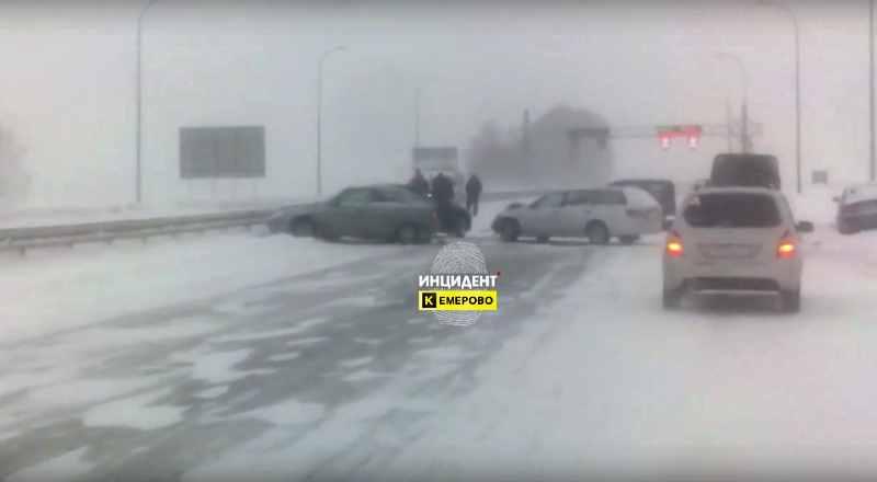 Очередное массовое ДТП произошло на кузбасской автомагистрали