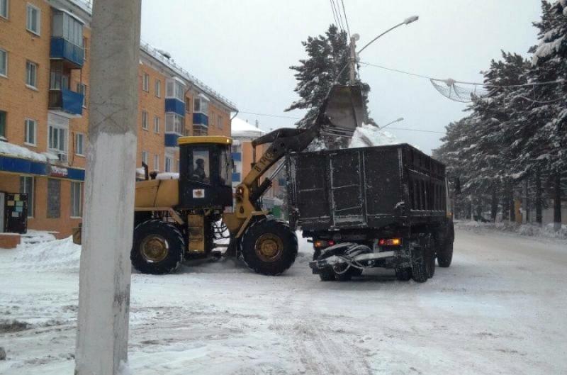 В Мысках продолжаются работы по очистке от снега городских дорог