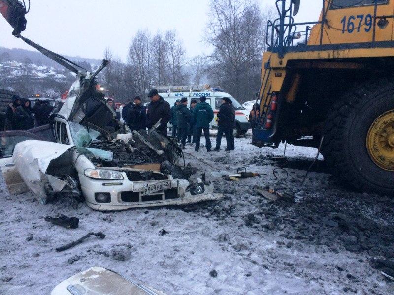 В Кузбассе легковая машина попала под колёса БелАЗа