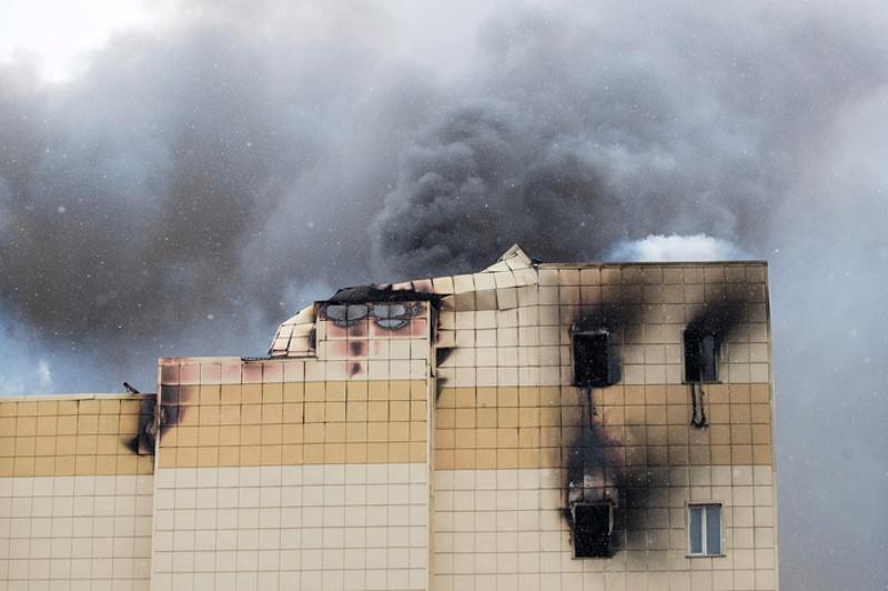 В горящем ТЦ «Зимняя вишня» в Кемерове частично обрушилась кровля