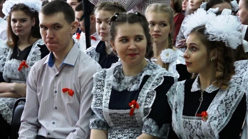 В школах Мысков прозвенел последний звонок