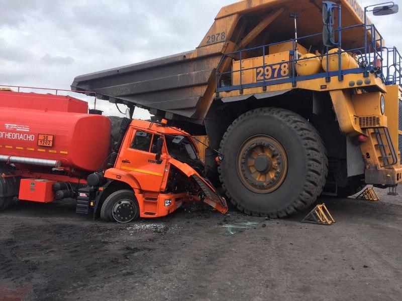 В Кузбассе женщина за рулём БелАЗа раздавила бензовоз КамАЗ