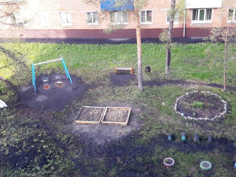 На детских песочницах в поселке Ключевой дети снова стали играть песком