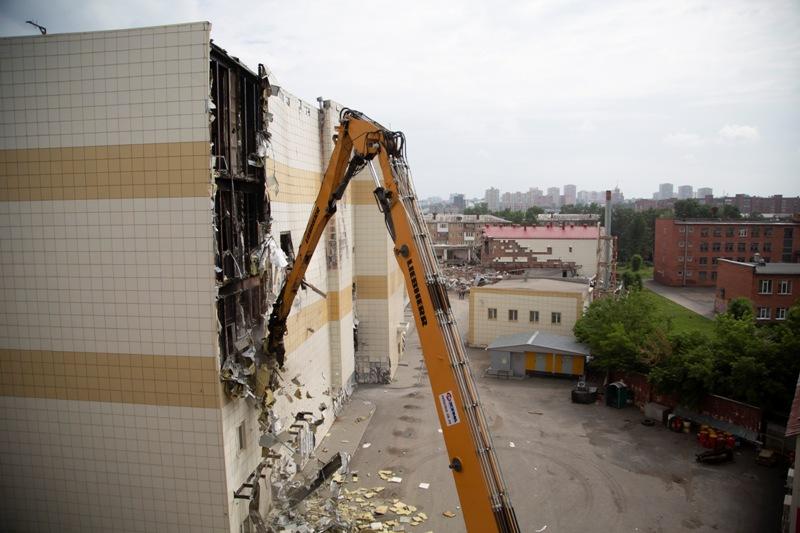 Тяжелая техника приступила к демонтажу сгоревшего кемеровского ТРЦ «Зимняя вишня»