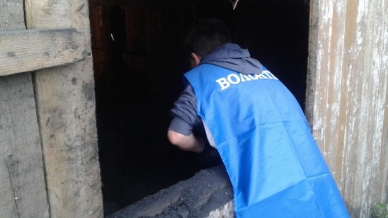 Молодежь Мысков оказала помощь инвалиду в подготовке складирования угля