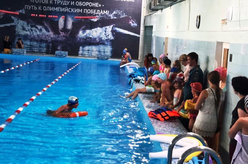 В плавательном бассейне «Олимпиец» детям рассказали о правилах поведения на воде