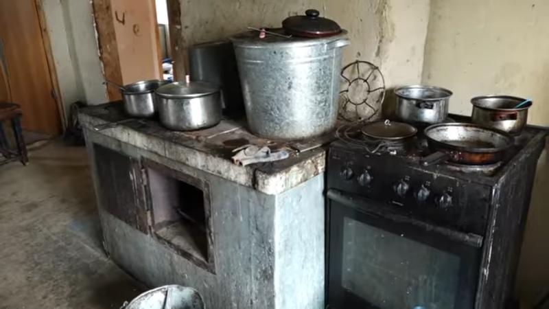 В Мысках нуждающимся семьям оказывают помощь в ремонте печей отопления