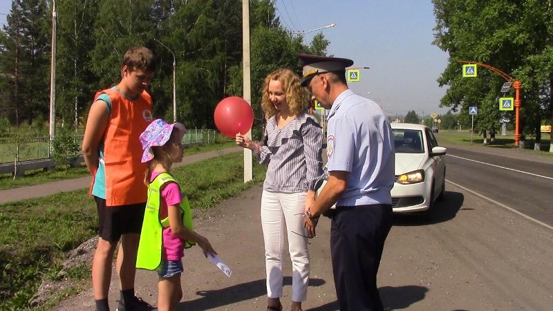 ГИБДД и молодежь Мысков провели акцию «Научи ребенка ПДД»