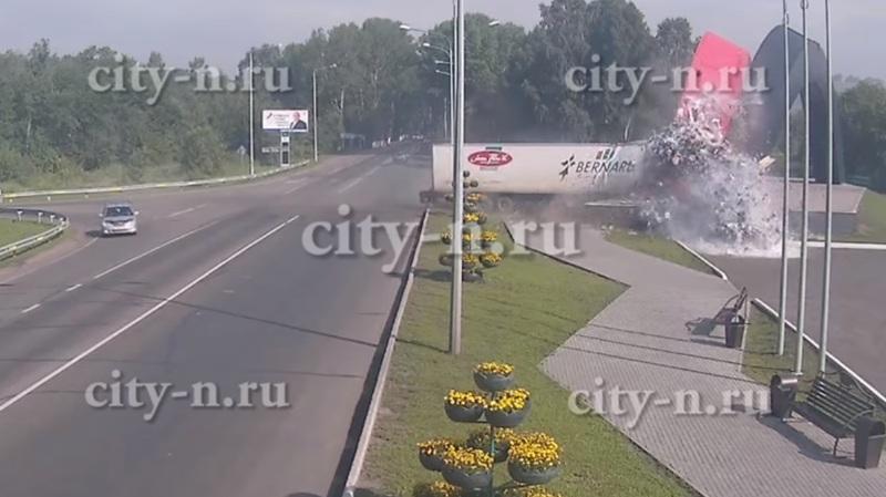 Страшное ДТП в Новокузнецке. Фура протаранила стелу. Фото 18+