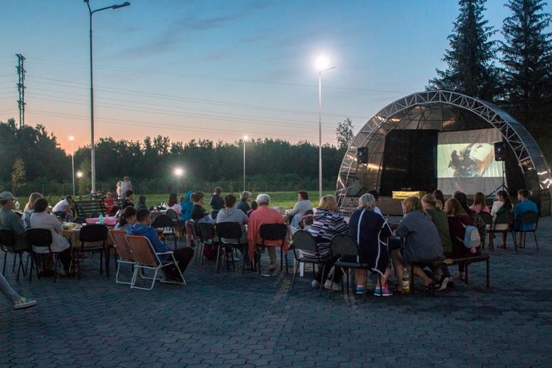 Мысковчане посмотрели кино под открытым небом в парке «Юбилейный»