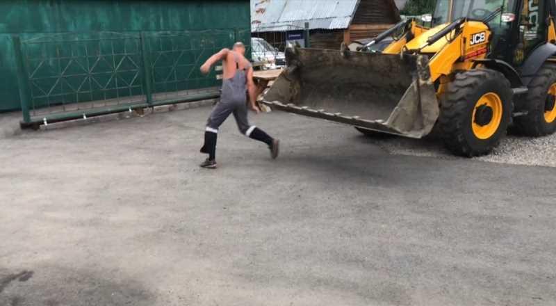 В Новокузнецке тракторист на JCB ломал заборы и давил людей