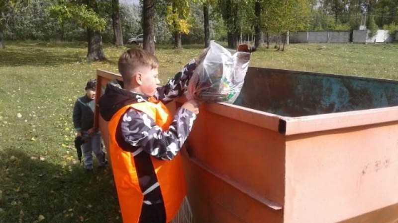 В Мысках территорию стадиона на ДОКе очистили от мусора
