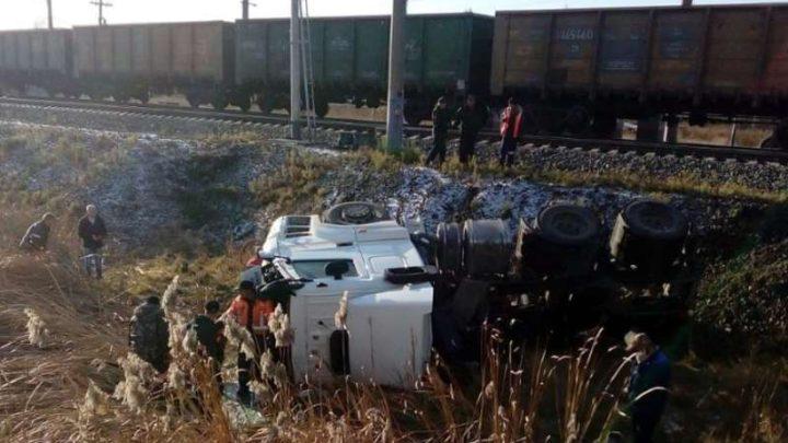 В Кузбассе грузовой поезд снес КамАЗ на переезде