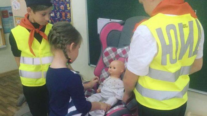 В Мысках отряд юных инспекторов дорожного движения рассказал дошкольникам о детских автокреслах