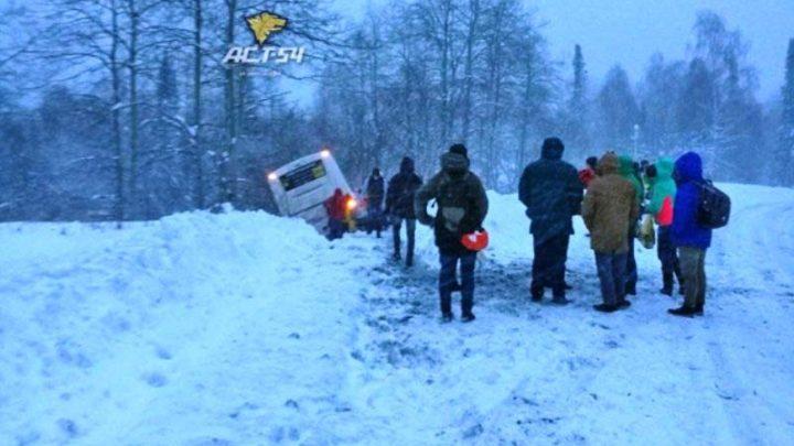 На трассе в Шерегеш автобус с туристами съехал в кювет