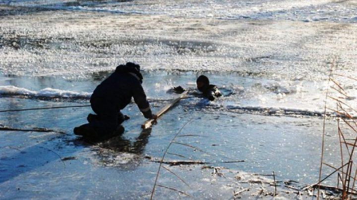 МЧС Кузбасса напоминают родителям об опасности выхода детей на лед