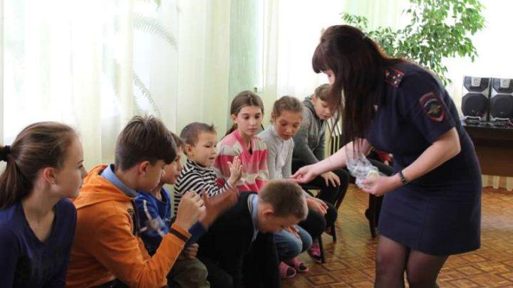 Сотрудники ГИБДД Мысков посетили социально-реабилитационный центр для несовершеннолетних