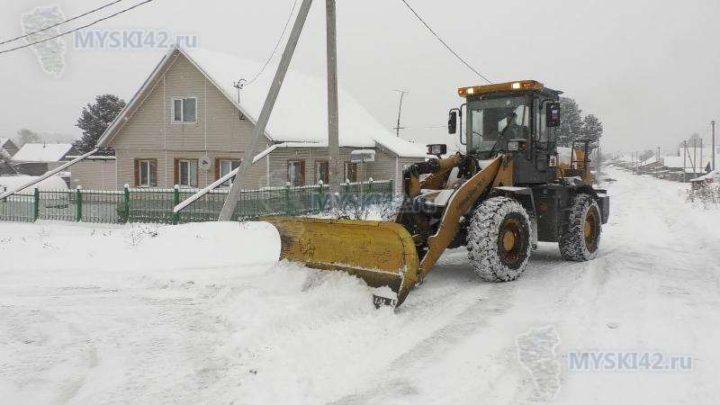 На уборку снега с городских улиц и дворов в Мысках вышло 28 единиц специализированной техники