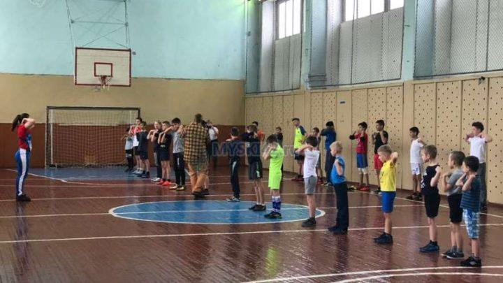 Воспитанники КДЮСШ приняли участие в акции «Зарядка с чемпионом» — Татьяной Тыдыяковой