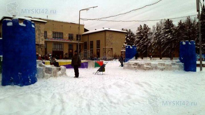 Снежные городки в Мысках: Вся верхняя одежда испачкана краской