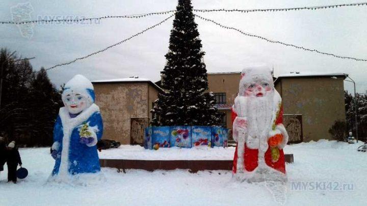 В Мысках продолжаются работы по подготовке снежных городков