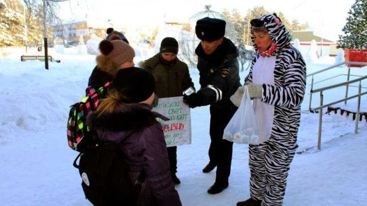 Юные инспекторы дорожного движения и сотрудники ГИБДД Мысков провели акцию «Безопасная зебра»
