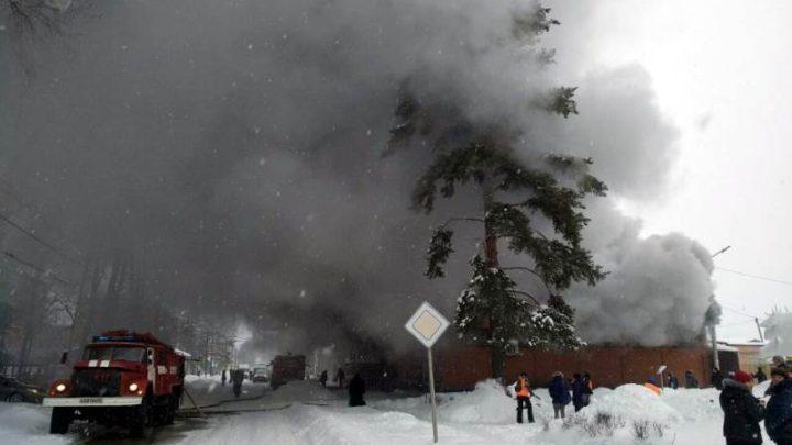 Пожарные из городов Калтана и Осинники пришли на помощь в тушение пожара в торговом центре в Мысках