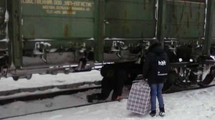 Железнодорожники преграждают движение автотранспорта и пешеходов через переезд в п.Бородино