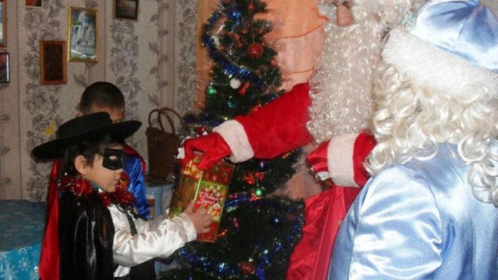 В Мысках детей из числа коренных малочисленных народов поздравили с Новым годом Дед Мороз и Снегурочка