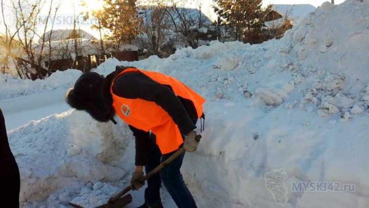Добровольцы Мысков провели информирование жителей по пожарной безопасности эксплуатации печного отопления и помогли убрать снег