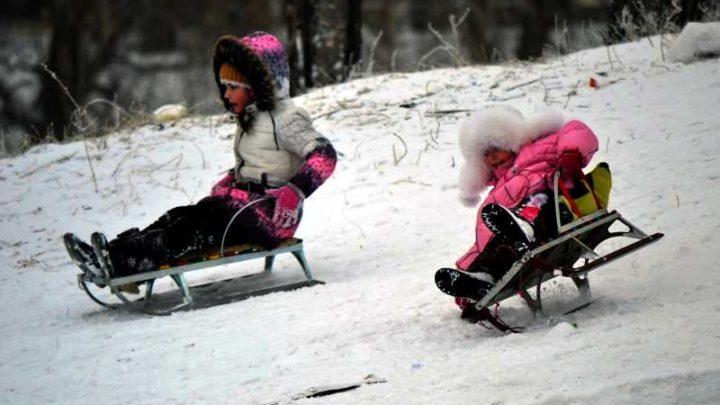 МЧС предупреждает: самые любимые развлечения детей зимой — санки, лыжи и коньки