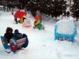 Снежный городок и ледяная горка на улице Правды становится популярным местом у мысковчан