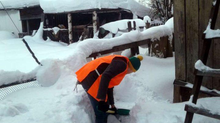 Добровольцы Мысков оказывают пожилым гражданам помощь в борьбе со снегом
