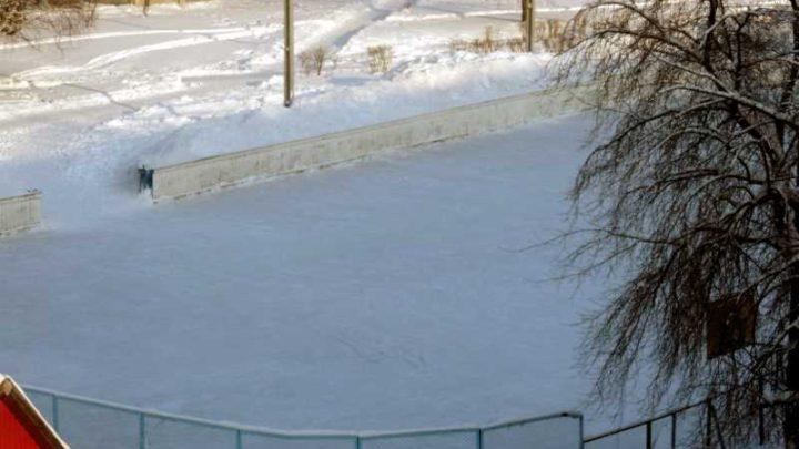 Лед на хоккейной коробке в поселке Ключевой очистили от снега